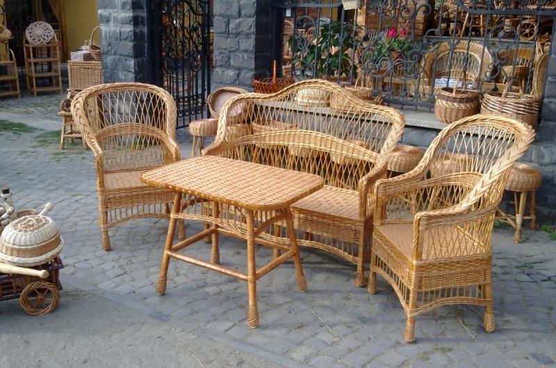 Набор плетеной мебели: стол, скамья и 2 стула