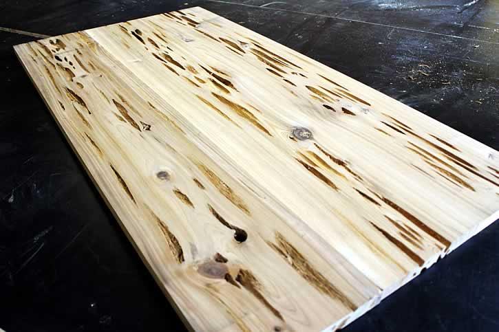 Начало процесса гниения древесины