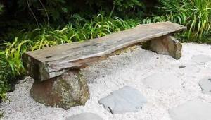 Фото - скамейка из двух камней и бревна