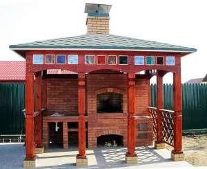 Летняя открытое сооружение с мангалом из дерева и кирпича