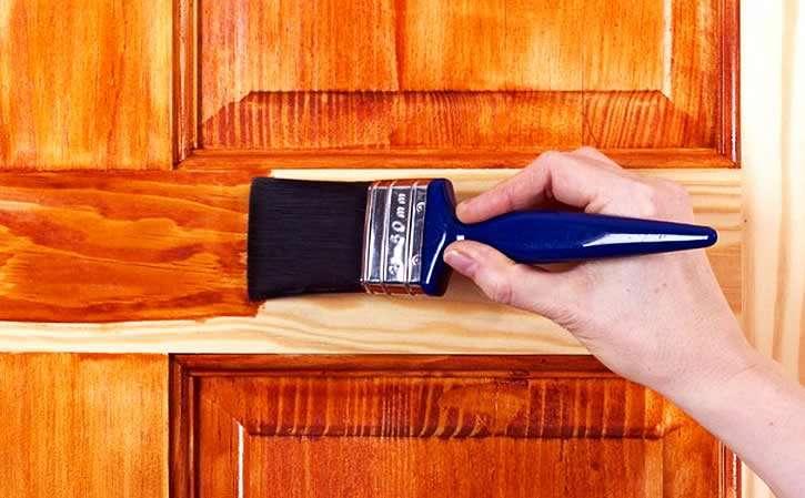 Обработка двери пропиткой