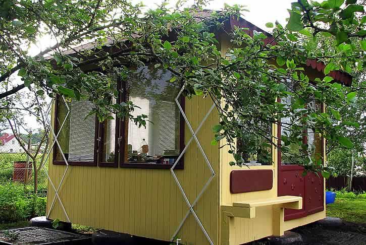 Закрытая садовая беседка