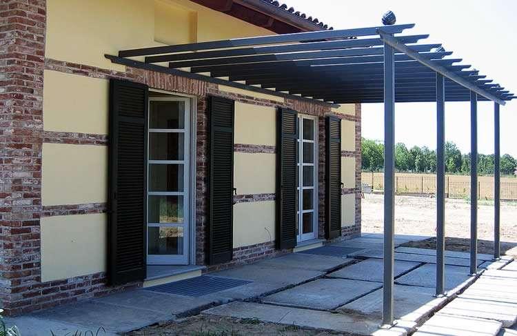 Металлическая пергола пристроенная к дому