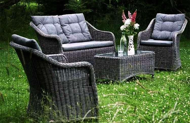 Темная плетеная мебель