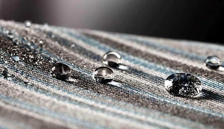 Вода скатывается с пропитанной ткани