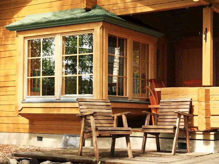 Закрытая веранда с деревянными окнами