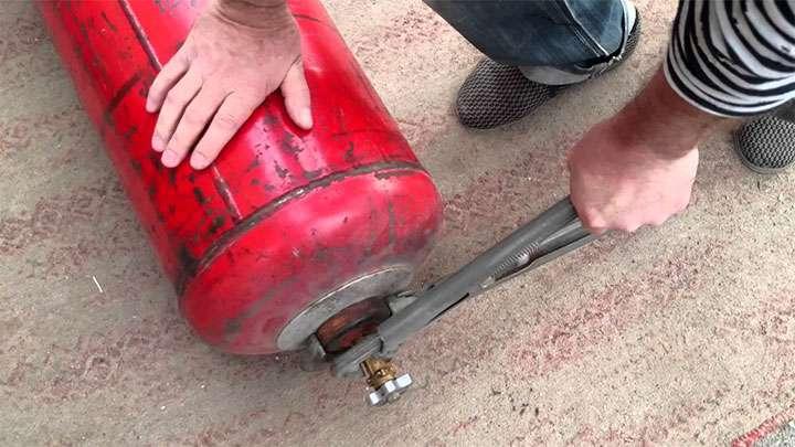Откручивание вентиля газового баллона