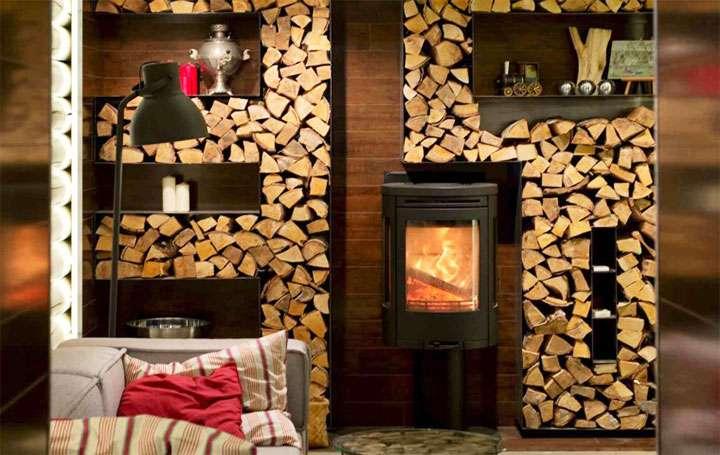 Заполненная дровами каминная стенка