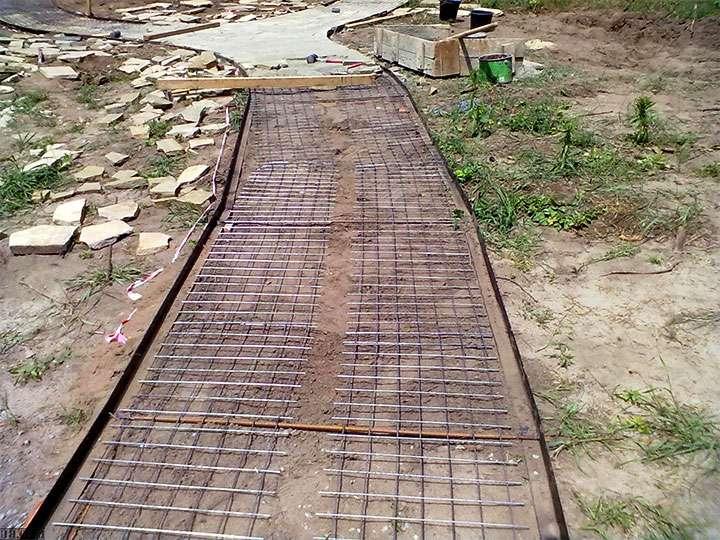 Армирование будующей бетонной дорожки
