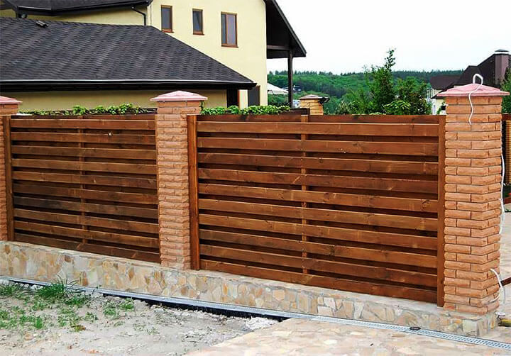 Забор с деревянными пролетами