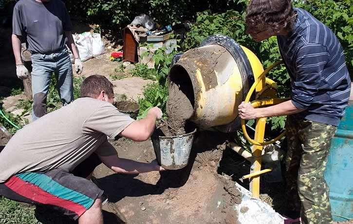 Набираем бетон в ведро