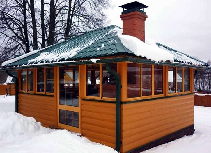 Зимний теплый домик с мангалом