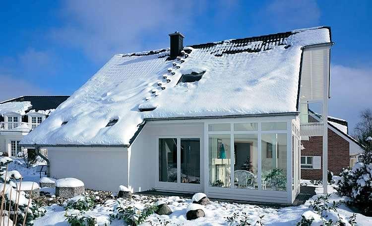 Задержка снега на крыше дома
