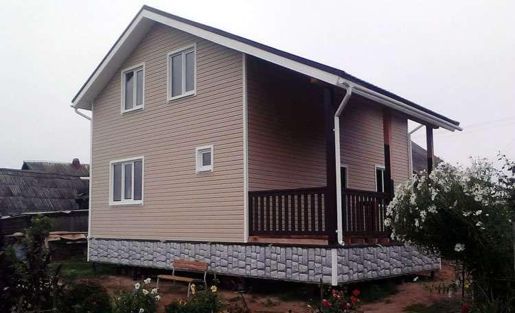 Терраса под большим скатом крыши дома