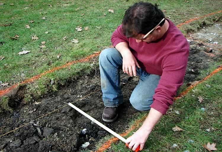 Снятие дёрна для укладки садовой тропинки