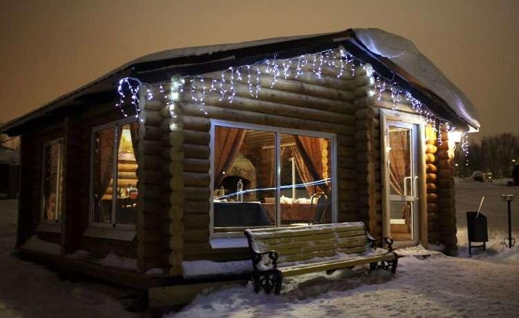 Зимний вечер в беседке из бревна
