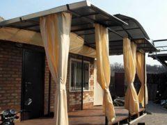 Достойное украшение садовой беседки брезентовыми шторами