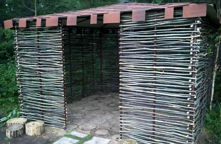 Ветки - строительный материал для беседки