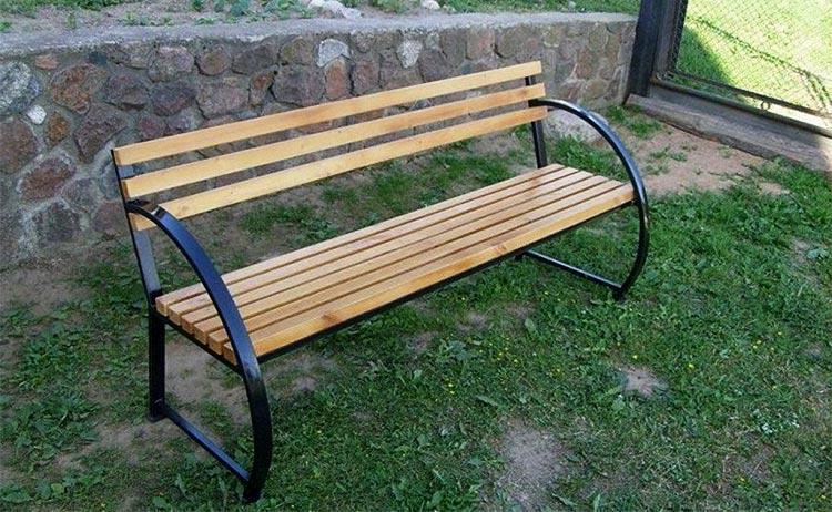 Деревянная скамейка на металлическом каркасе
