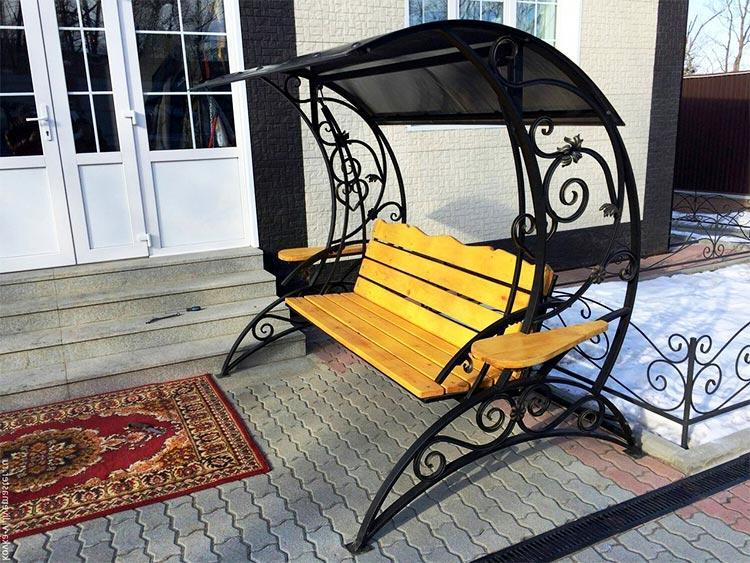 Кованая скамейка с навесом