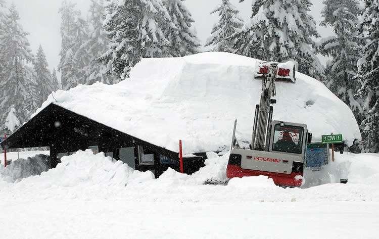 Большое количество снега на крыше