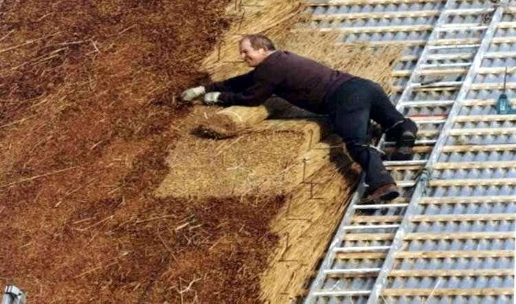 Укладка соломы на крышу