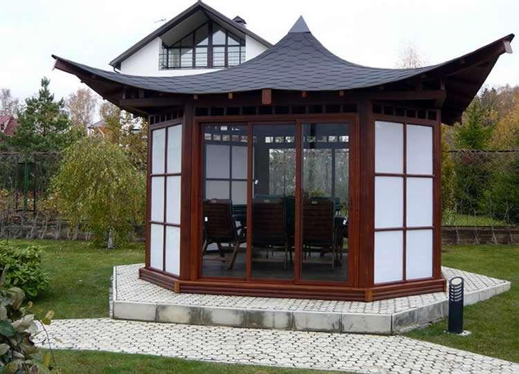 Застекленная беседка с китайской крышей