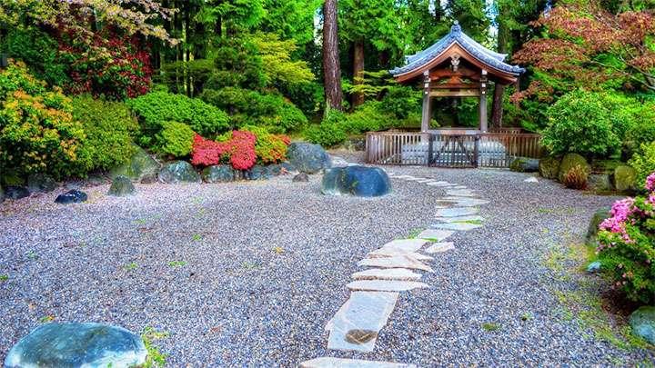 Беседка в саду камней
