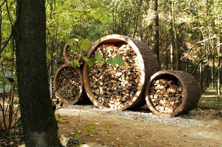 Укладка дров в бетонные кольца