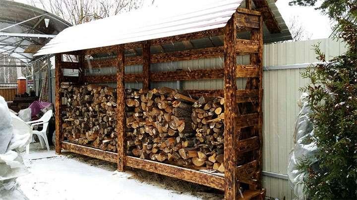 Укладка дров в дровницу