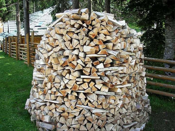Укладка дров в круглую поленницу