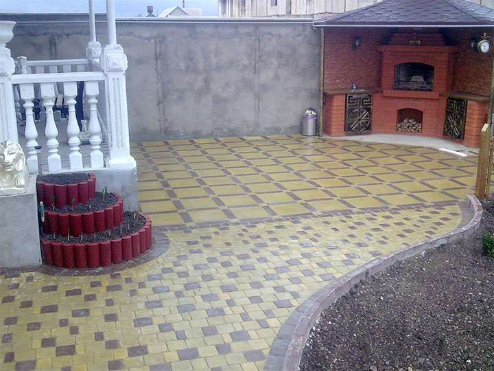Двор выложенный плиткой
