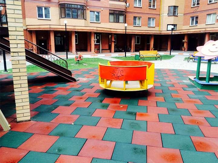 Детская площадка покрытая резиновой плиткой