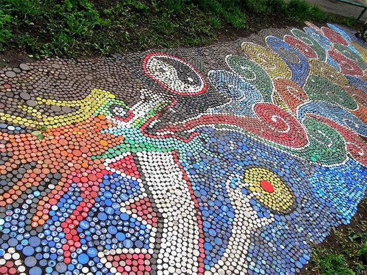 Мозаика из крышек на тропинке