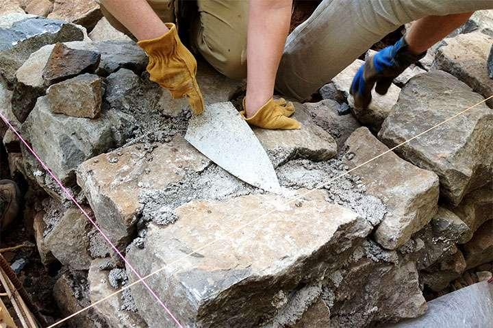 Заполнение бетоном щелей между камнями