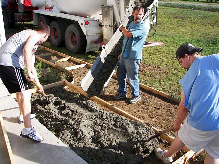 Процесс заливки бетона в опалубку