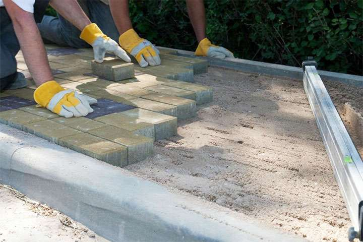 Процесс укладки плитки на песок
