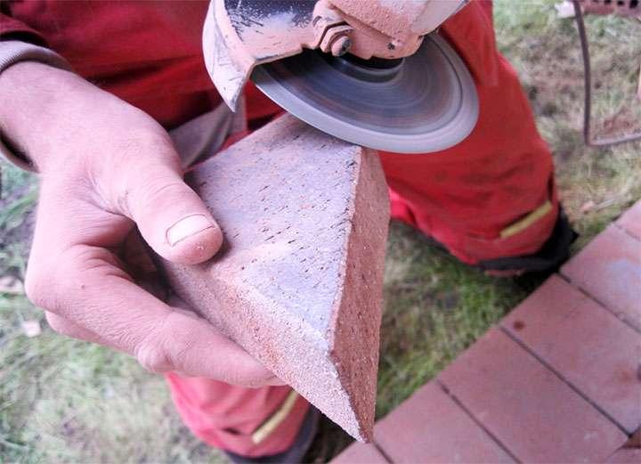 Снятие фаски на плитке при помощи болгарки