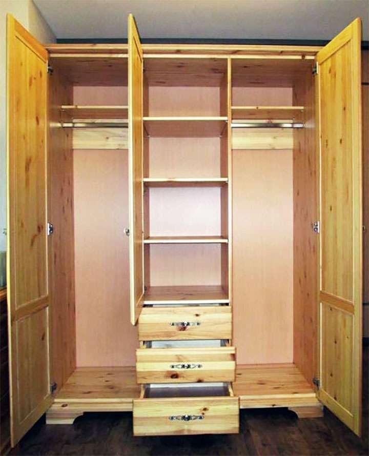 Деревянный шкаф в открытом виде