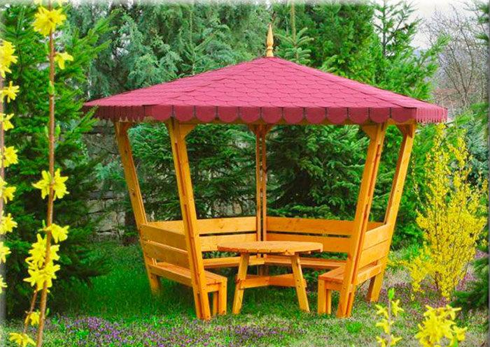 Садовая беседка из доски с лавочками и круглым столиком