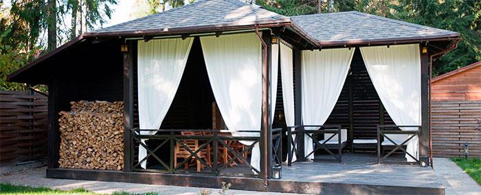 Терраса с местом для отдыха и дровником