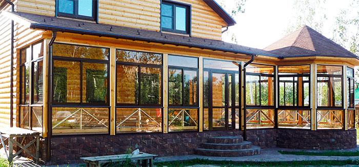 Дом из дерева с остекленной верандой и беседкой