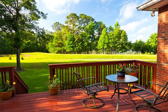 Открытая терраса с видом на лужайку