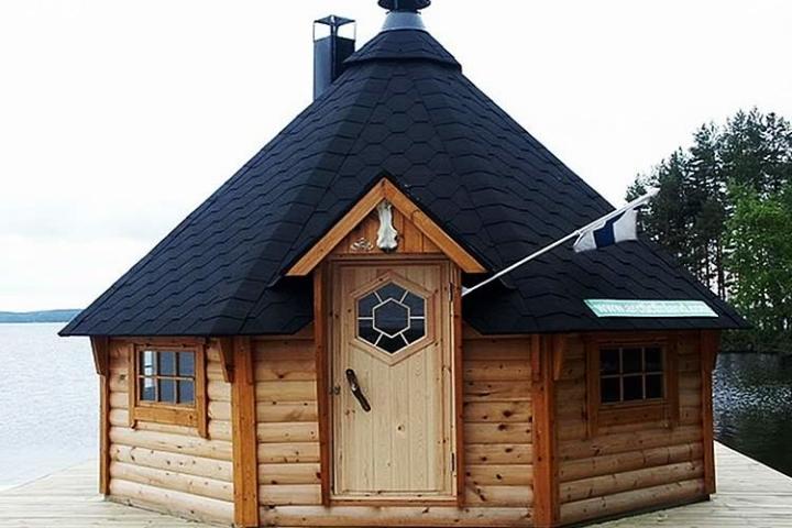 Гриль-домик на берегу озера