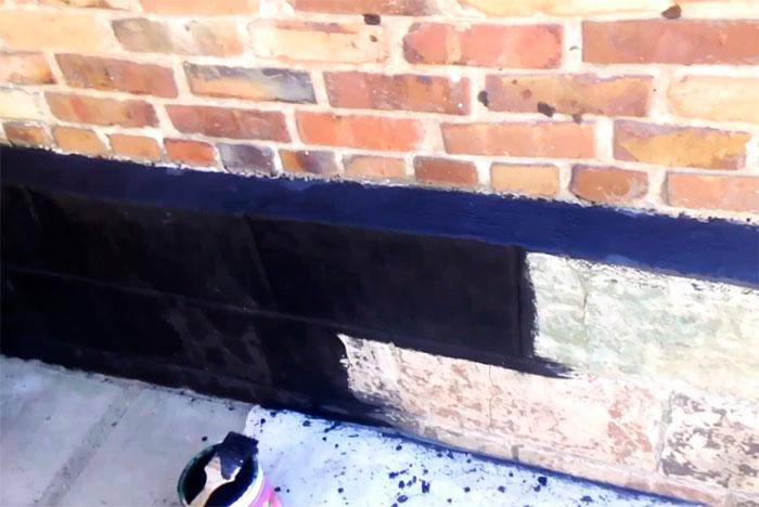 Нанесение битумной мастики на основание здания