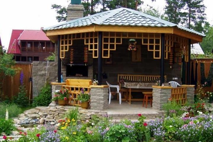Летняя кухня из комбинированных материалов