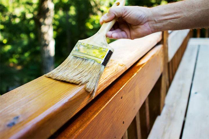 Обработка деревянных перил лаком