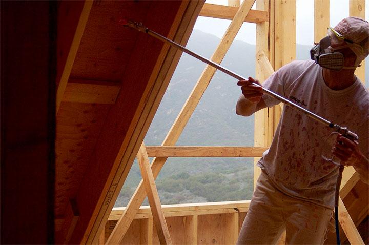 Обработка крыши антисептиком при помощи краскопульта