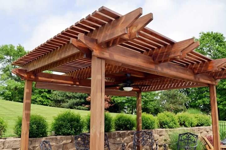Деревянная пергола с вентилятором