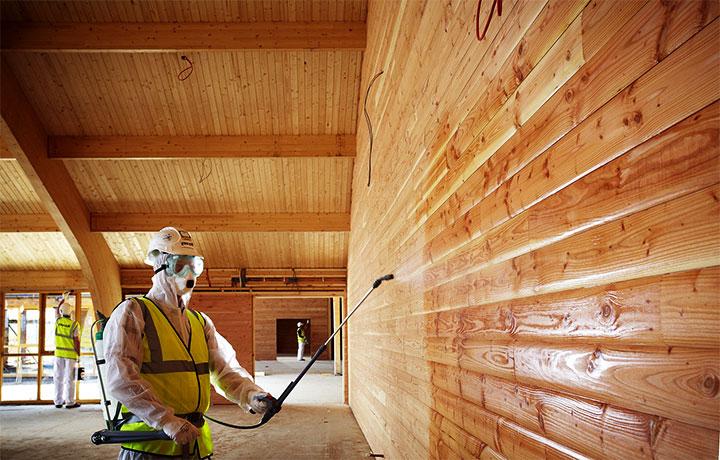 Покрытие антипиреном деревянной стены